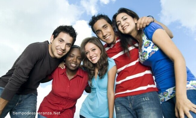 Grupo de jóvenes amigos fortaleciendo la amistad
