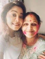 कावेरी प्रियम अपनी माँ के साथ