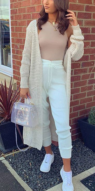 Knitted outfits are versatile pieces that adapt to every woman's style. Mix up your style with these 25 Charming Knitwear to Keep You Stylish and Warm. Winter outfits via higiggle.com | white knit cardigan | #knit #winter #fashion #cardigan