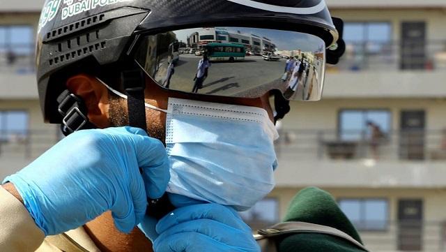 شرطة الإمارات تنشر تستخدم خوذ ذكية لمحاربة COVID-19
