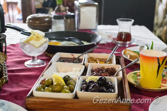 Polonezköy Polina'nın kahvaltısı doğal ürünlerden oluşuyor.