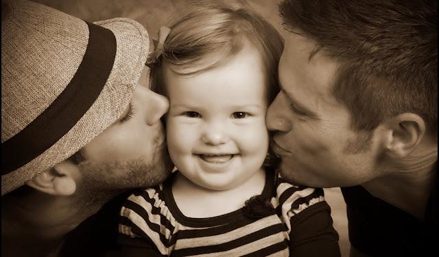 Dos papás y una niña. Adopción homosexual. Un referendo contra la humanidad. Todas Las Sombras. Fuente: http://todaslassombras.blogspot.com/2016/12/un-referendo-contra-la-humanidad.html