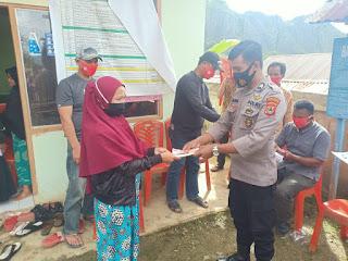 Bhabinkamtibmas Polsek Baraka Polres Enrekang Hadiri Pembagian BLT DD di Desa Binaannya