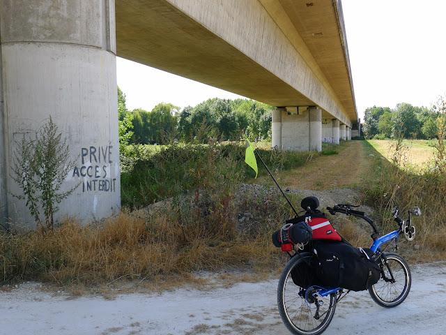 De Paris à la Rochelle en vélo couché, sous le TGV
