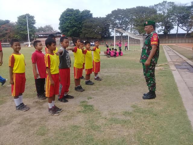 Menumbuhkan Sikap Disiplin, Babinsa Manisrenggo Latih PBB Murid SD