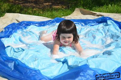 Foam and soap bubble games for kids. Игры с пенной и мыльными пузырями для детей. Игры с водой.