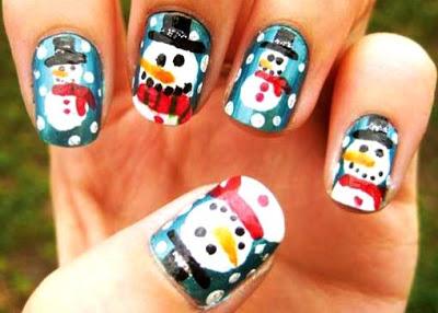 Foto de uñas con diseño de muñecos de nieve