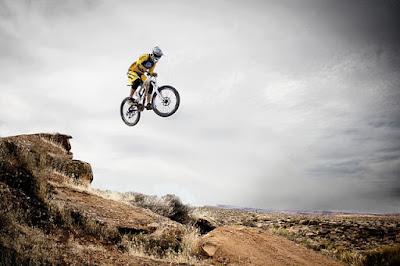 Ilustrasi olahraga sepeda gunung