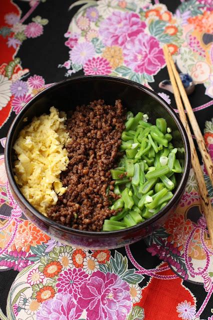 bol de riz oeufs brouilles, poulet hache mange-tout