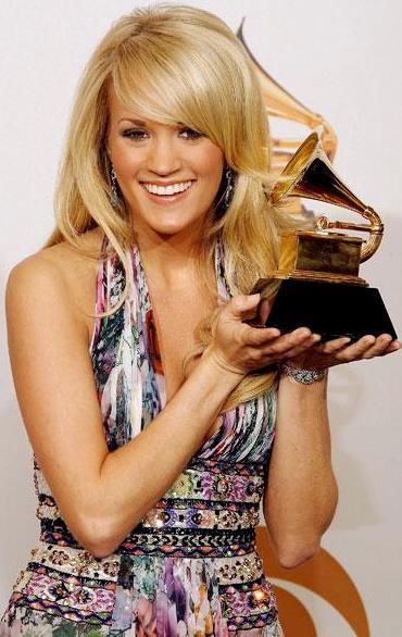 Foto de Carrie Underwood feliz con premio