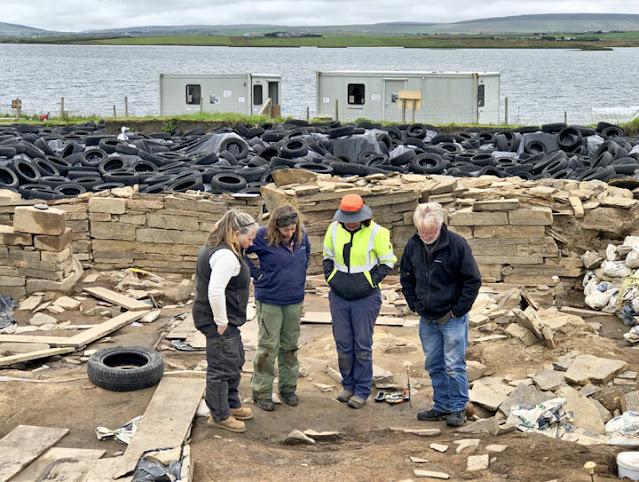 Οι αρχαιολόγοι φωτογραφίζονται πάνω από την ανακάλυψή τους. Φωτο: Sigurd Towrie / Ness of Brodgar Excavation