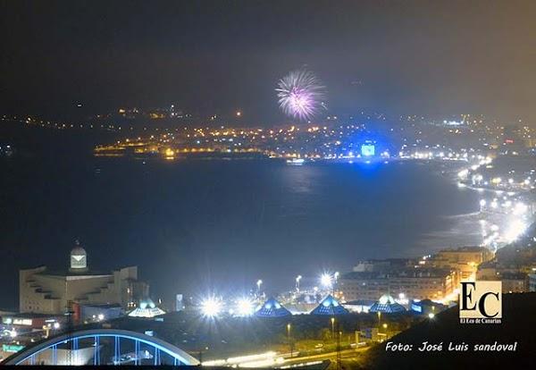 Fuegos artificiales con calima en la noche de san Juan