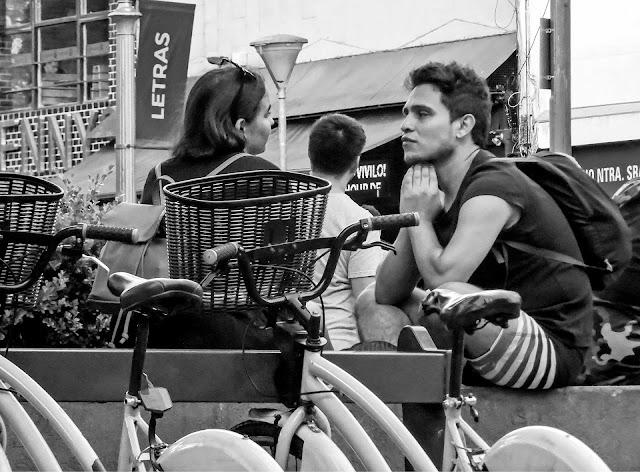 Una pareja frente a frente en Recoleta.