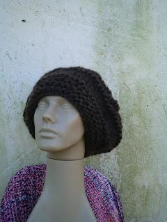 gorro com o modelo beanie tricotado com lã de ovelha na cor escura