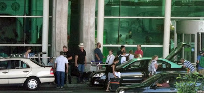 turistas e taxis na porta do Aeroporto do Porto