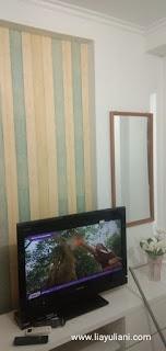 Nonton TV di kamar apartemen