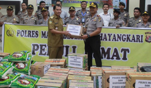 I Gusti Agung Dhana Aryawan dan Personel Polres Mappi Beri Bantuan ke Asmat