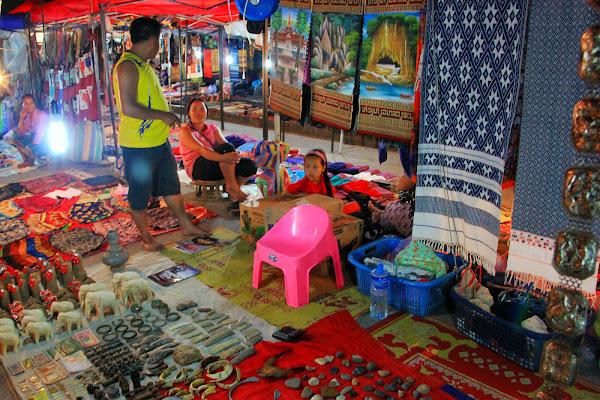 Vendedores ambulantes en el mercado nocturno de Luang Prabang