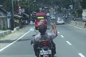 Kenakan Antribut Polisi Dan Tidak Gunakan Helm, Pengendara Motor Lakukan Atraksi di Jalan Raya  Layaknya Pemain Sirkus