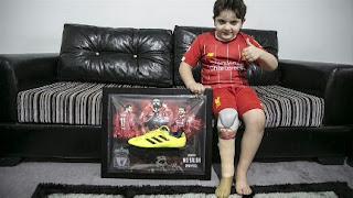 طفل سوري مبتور الساق.. يرتدي قميصا موقعا من قبل النجم محمد صلاح