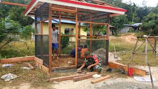 Tingkatkan Keamanan Desa, Babinsa Merakai Ajak Warga Bangun Poskamling