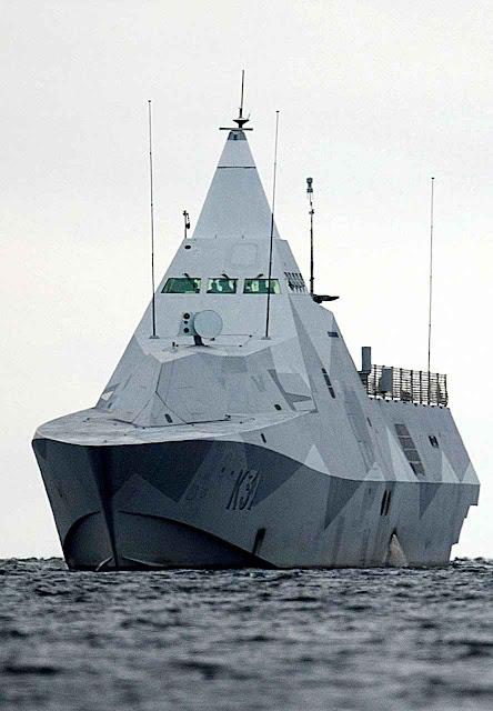A corveta sueca HMS Visby procura submarinos russos na baía de Estocolmo.