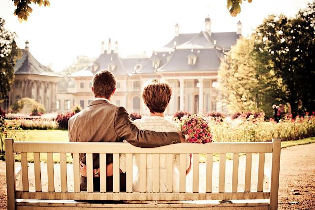 Un couple assis sur banc - dans un parc