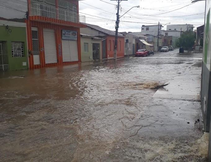 Piritiba: Chuva forte alaga ruas, invade casas e pontos comerciais