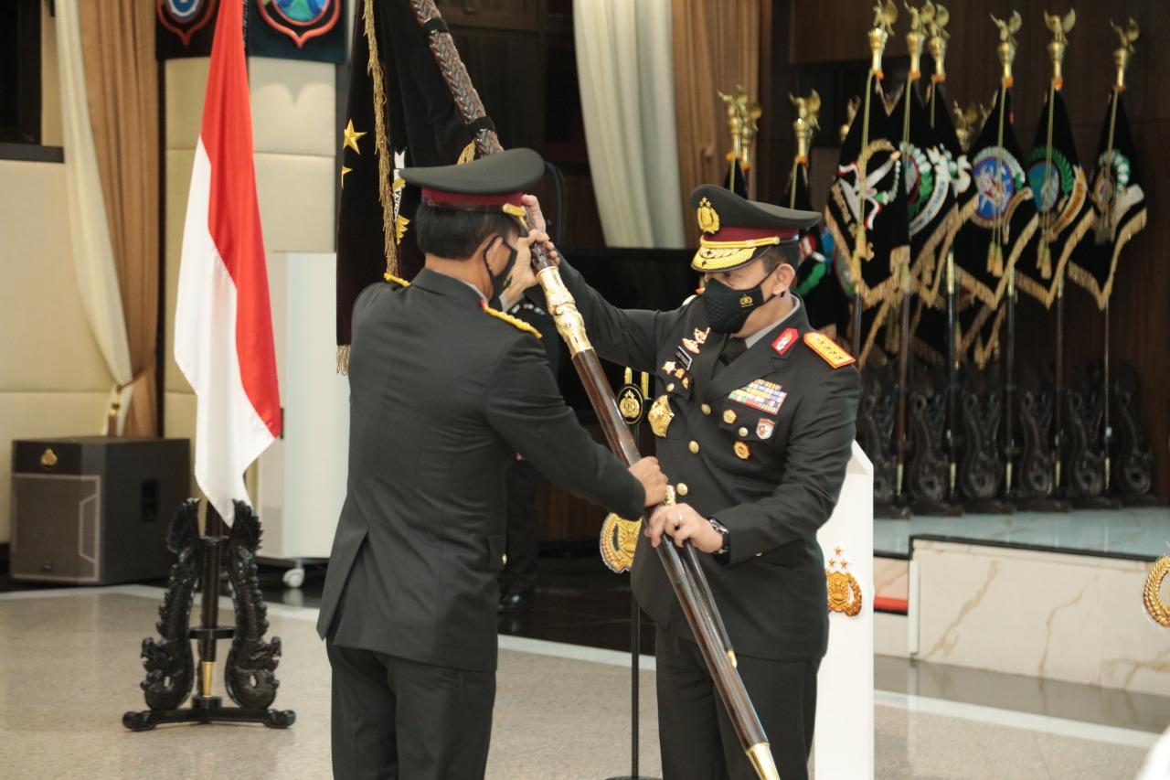 Jenderal Idham Azis Serahkan Panji Polri Tribrata ke Jenderal Listyo Sigit