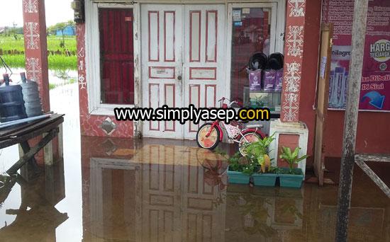 BEBAS BANJIR : Maksudnya banjir bebas kemana mana. Foto ini diambil pada minggu pertama bulan Januari 2018 banjir melanda rumahku dan beberapa rumah lainnya di komplek. Foto Asep Haryono