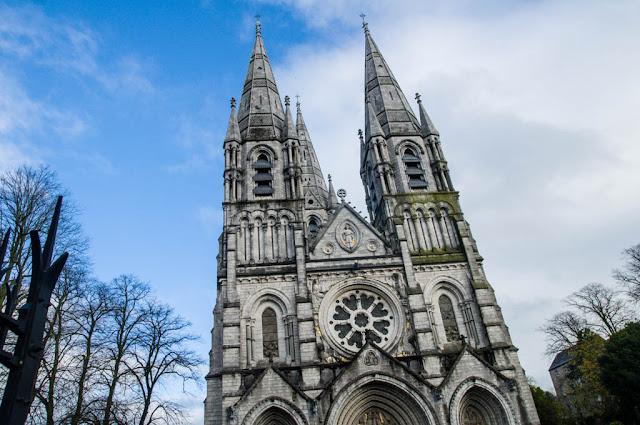 Catedral de tres agujas de San Fin Barre