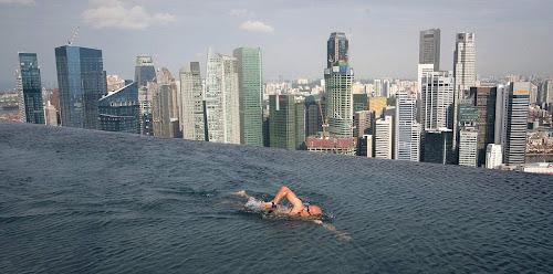 nadando na piscina mais alta do mundo