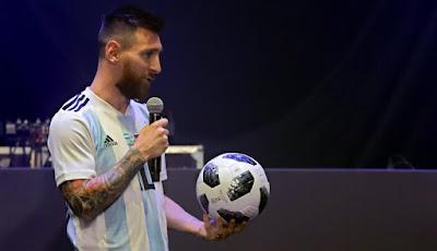Messi dan Telstar 18, bola resmi Piala Dunia 2018