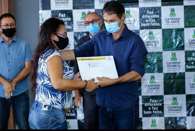 PROGRAMA MINHA CASA LEGAL: Romero entrega os primeiros contratos registrados dos 4.100 mutuários do Conjunto Aluízio Campos