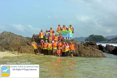 Peserta Family Gathering foto bersama di Pantai Pulau Kelapa teluk Kiluan