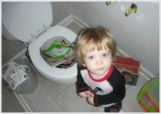 Niño tira todos los libros por el váter