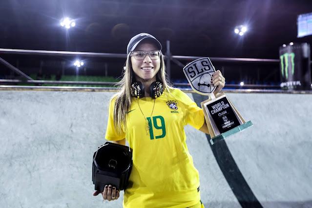 Pamela Rosa com a taça de campeã do mundial de Street em São Paulo - 2019
