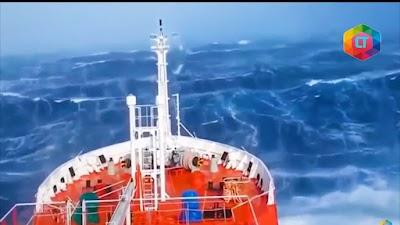 KAPAL LAUT DITERJANG BADAI!! BEGINI SERAMNYA. 6 Momen Menyeramkan Kapal Laut Menghadapi Badai