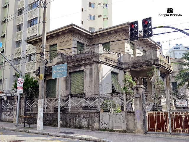 Vista ampla de um curioso casarão Eclético na Rua Treze de Maio - Bela Vista - São Paulo