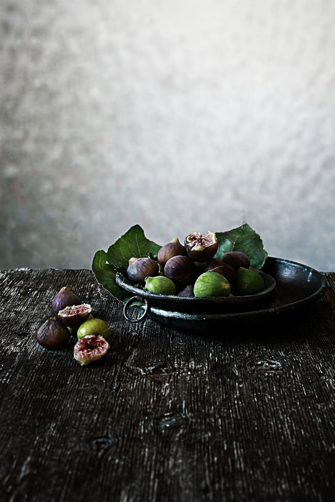 figs - photography and styling by Mónica Pinto, her blog - Pratos e Travessas blogspot as seen on linenandlavender.net - http://www.linenandlavender.net/2013/10/around-world-our-latest-discovery.html