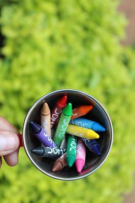 Crayones en una taza de aluminio