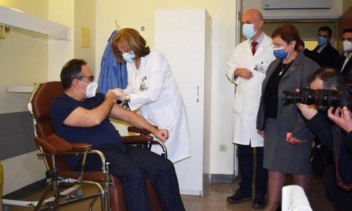 Πρεμιέρα εμβολιασμών στο Πανεπιστημιακό Νοσοκομείο Ιωαννίνων. Ο πρώτος που εμβολιάστηκε κατά του Covid-19 ήταν ο Υφυπουργός Υγείας Βασίλης Κοντοζαμάνης ο οποίος βρίσκεται στα Γιάννινα σε μία ημέρα που όλοι ελπίζουν ότι θα αποτελέσει την αρχή του τέλους για την πανδημία.