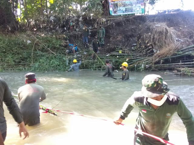 Koramil Pedan Bersama Masyarakat Bersihkan Sungai Kaligawe