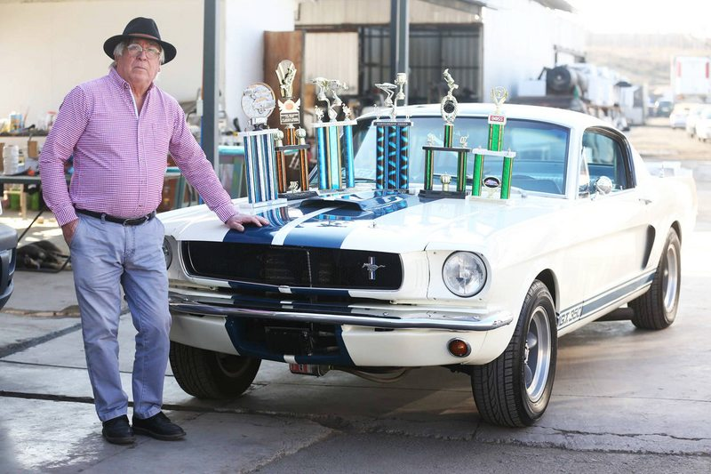 Harold Cohen (37) compró este deportivo y lo trajo desde Estados Unidos para Héctor Olivares (70)