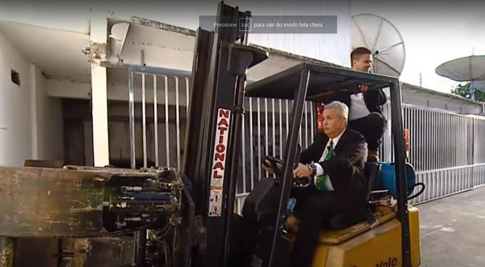 Após vencer COVID19, Sikêra Jr retorna a TV em grande estilo e invade estúdio com trator