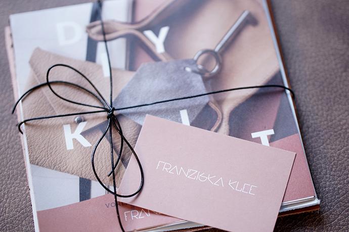 DIY Kit von Franziska Klee, Lederreste, zusammengebunden mit einer Schnur