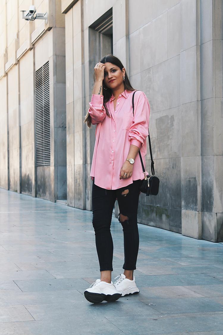 Outfit con camisa rosa y zapatillas