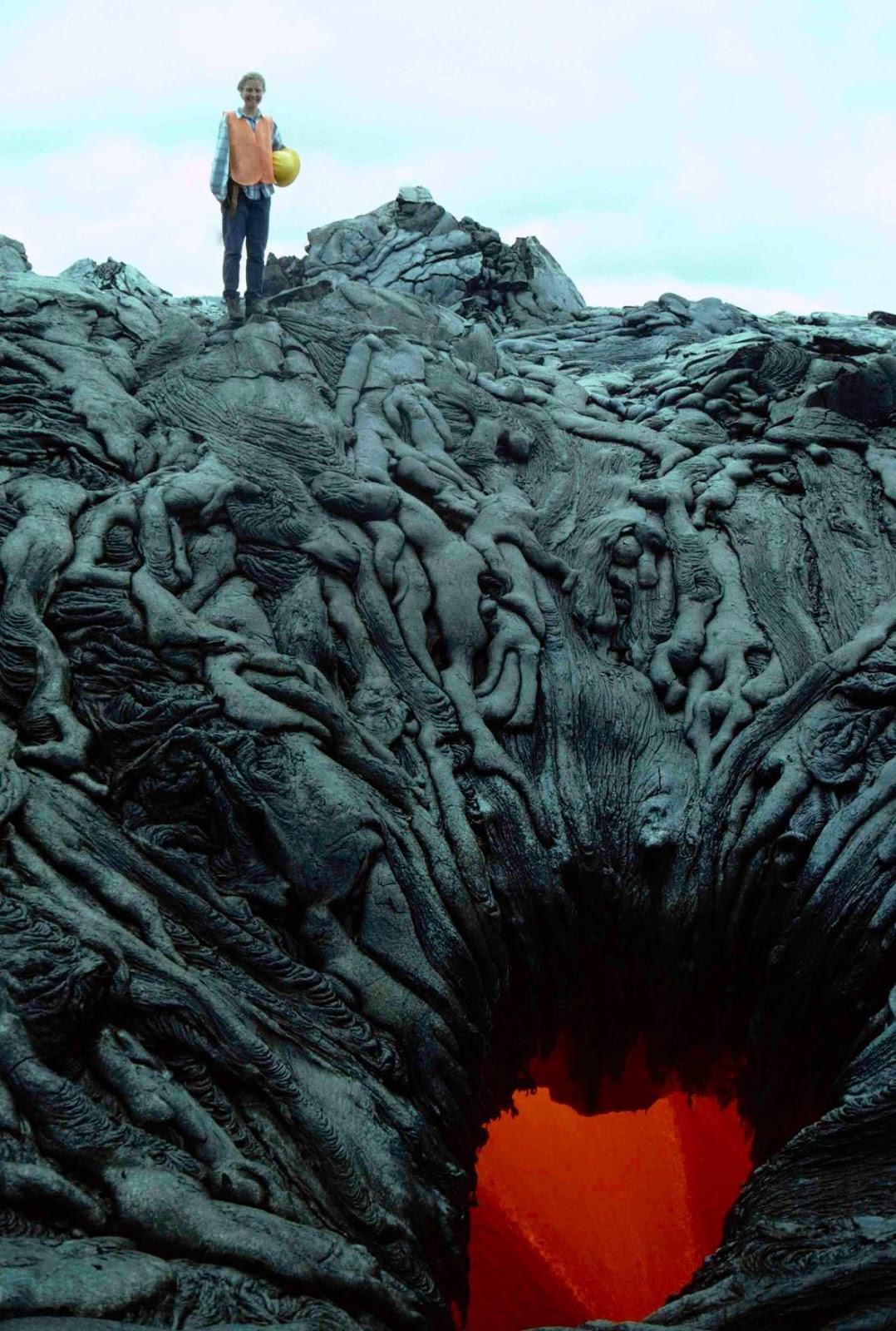 Жерло вулкана выглядит так, будто высасывает души проклятых в ад