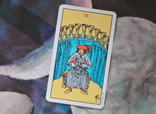 Saiba o significado da Carta 9 de Copas no Tarot do amor, dinheiro e trabalho, na saúde, como obstáculo ou invertida e como conselho.
