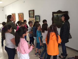 Los niños se agrupan en torno a una obra en la que dialogan con la mediación de Victoria Díaz Zarco.